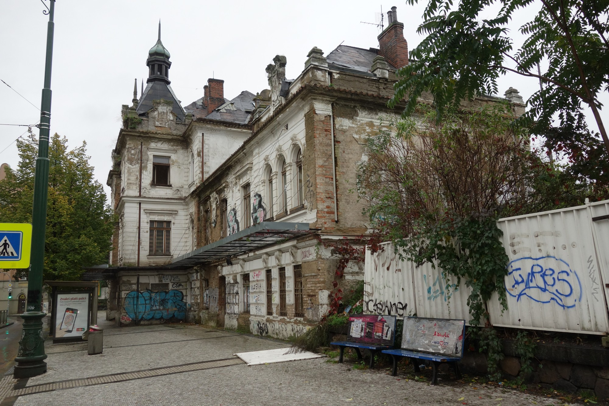 iDnes.cz: Nádraží Vyšehrad dochází čas, střecha se začala propadat a dovnitř zatéká